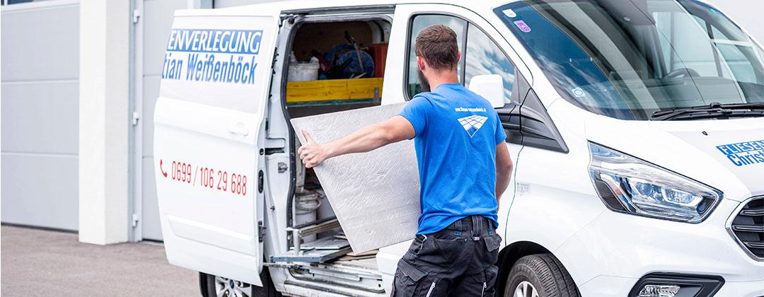 Fliesen Weißenböck Mitarbeiter beim Verladen von Großformat-Fliesen